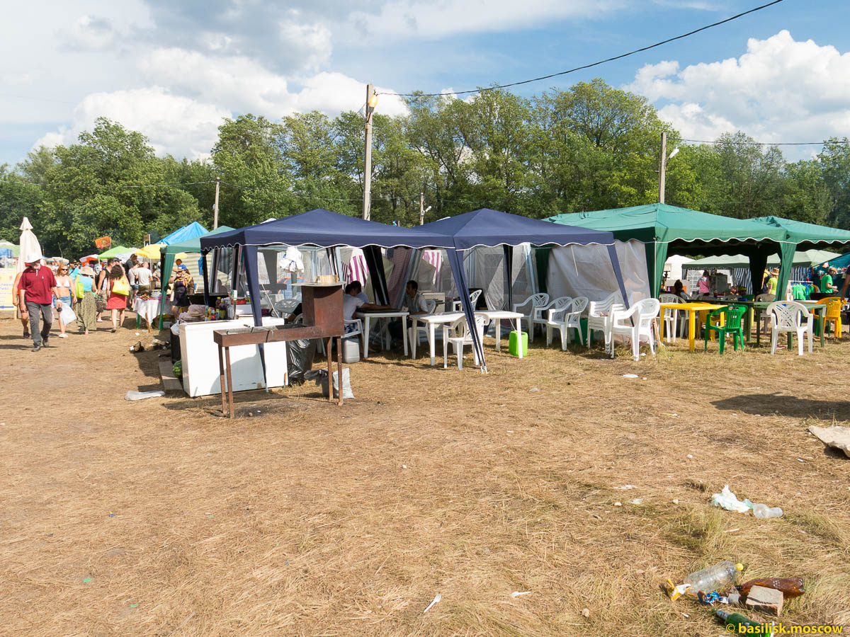 Торговля на Грушинском. 2015.