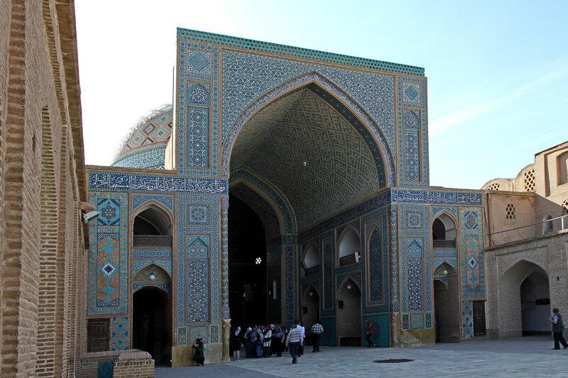 Вход в главный молельный зал пятничной мечети