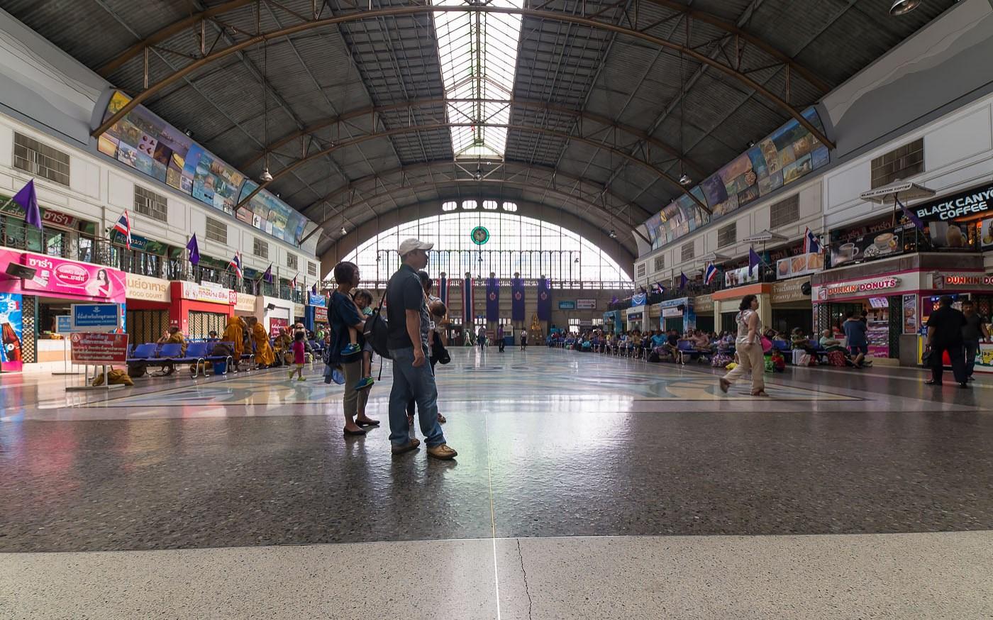 Фото 6. Зал ожидания на железнодорожном вокзале Hua Lamphong (Хуа Лампонг) в Бангкоке. Что посмотреть в столице, читайте в отзыве о поездке в Таиланд в 2010 году. Объектив Samyang 14/2.8 (f=8, 1/60, ISO 320)