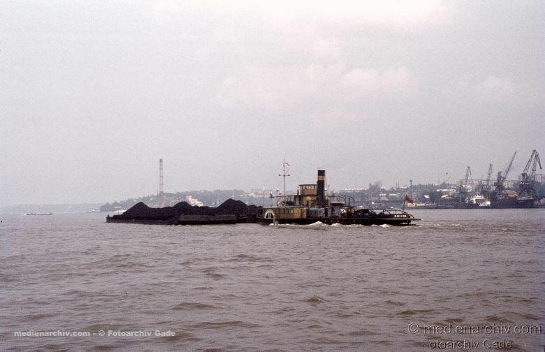 1970. Sowjetunion. Ukraine. Charkow. Schubverband. Schute mit schiebenden Schlepper. Schiffe
