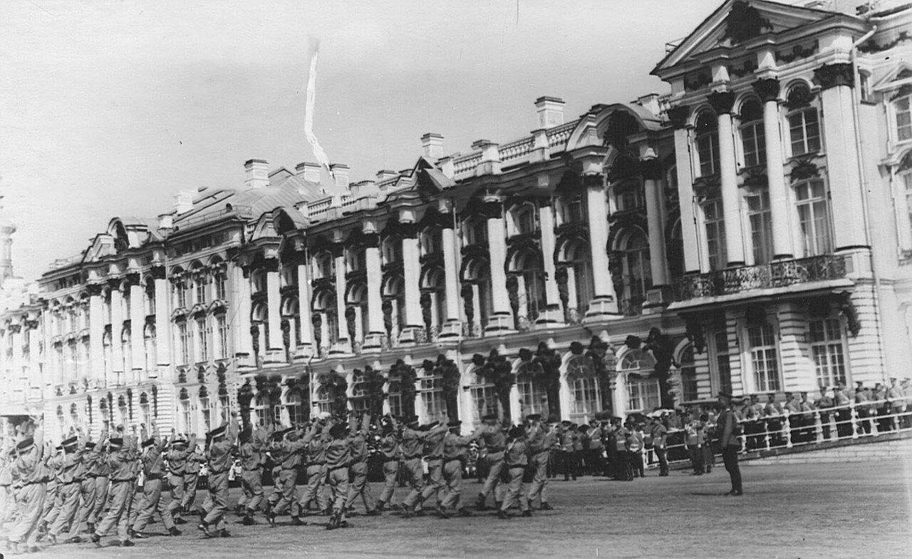 10. Воспитанники исполняют гимнастические упражнения на площади перед Екатерининским дворцом