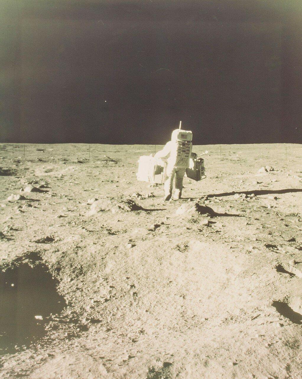 Армстронг фотографировал все стадии этого процесса и разместил уголковый отражатель.     На снимке: Базз Олдрин отходит от Лунного Модуля