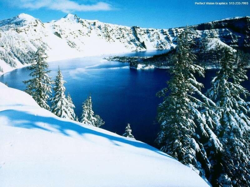 Река в заснеженных горах.