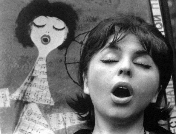 Поющая девушка. 1960-е.