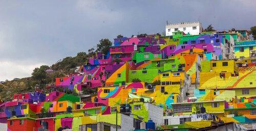 Разноцветные дома на склонах гор в Мексике