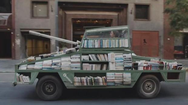 Чтобы приучить людей к книгам, парень построил танк