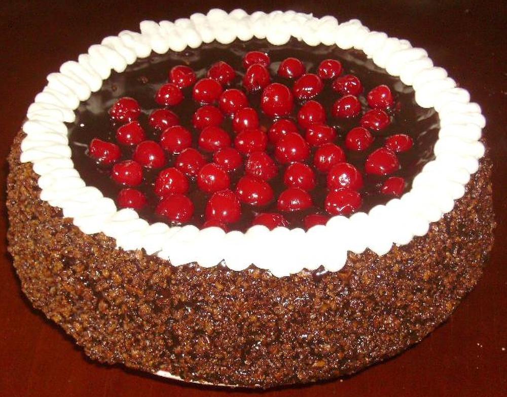 Цугский вишневый торт (Цуг, Швейцария) Известный швейцарский торт из слоев орехового безе, бисквита