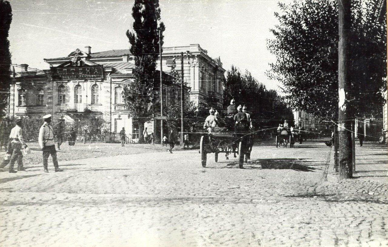 Угол Сумской и Ветеринарной площади, справа здание Губернского Земства