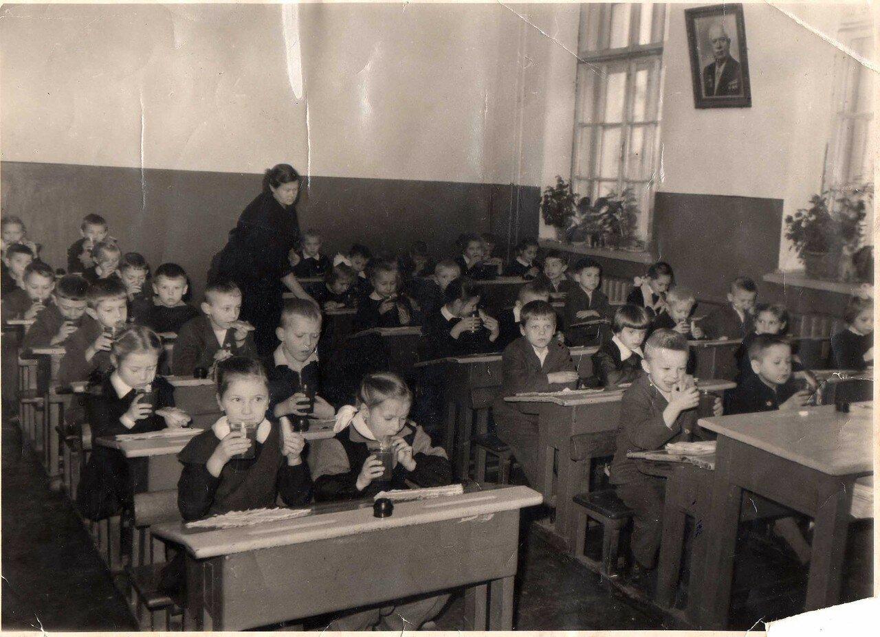 1963. Вологда. Завтрак в 1-б классе, школа №3