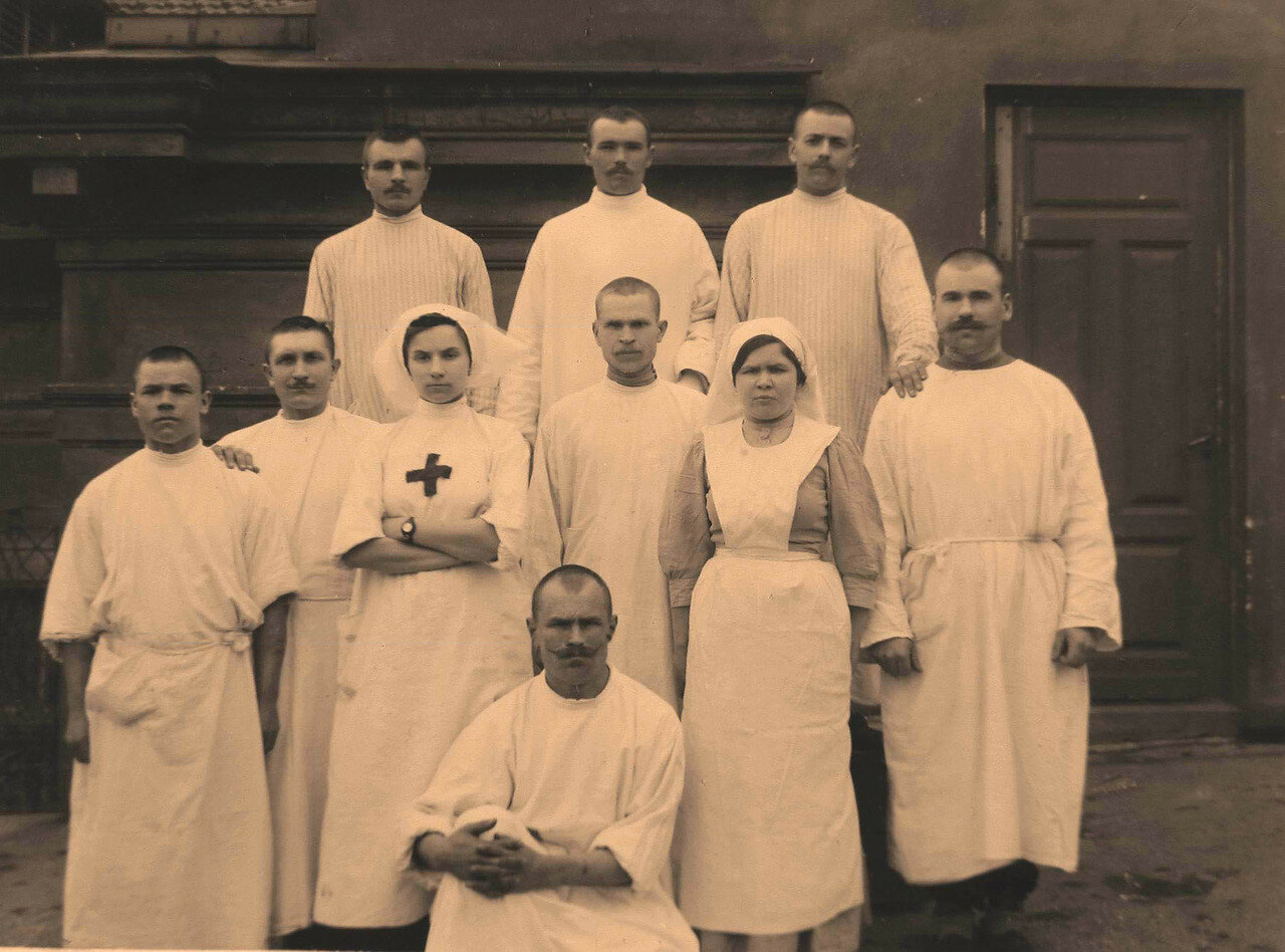 47. Группа санитаров с сестрой-хозяйкой офицерского лазарета