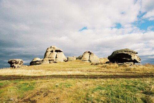 Природный памятник. Каменные палатки. У оз. Большие Аллаки. Святилище каменного века