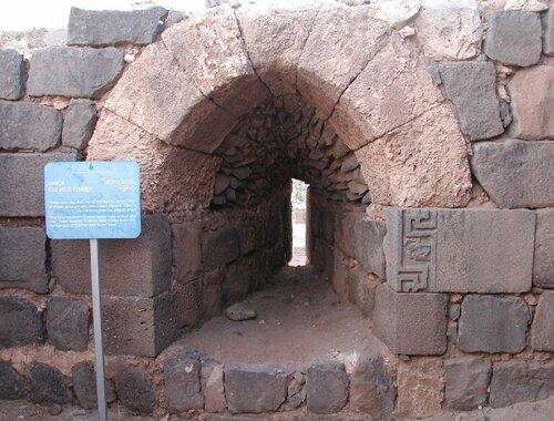 В бойничном окне справа камень с орнаментом из древнего еврейского поселения