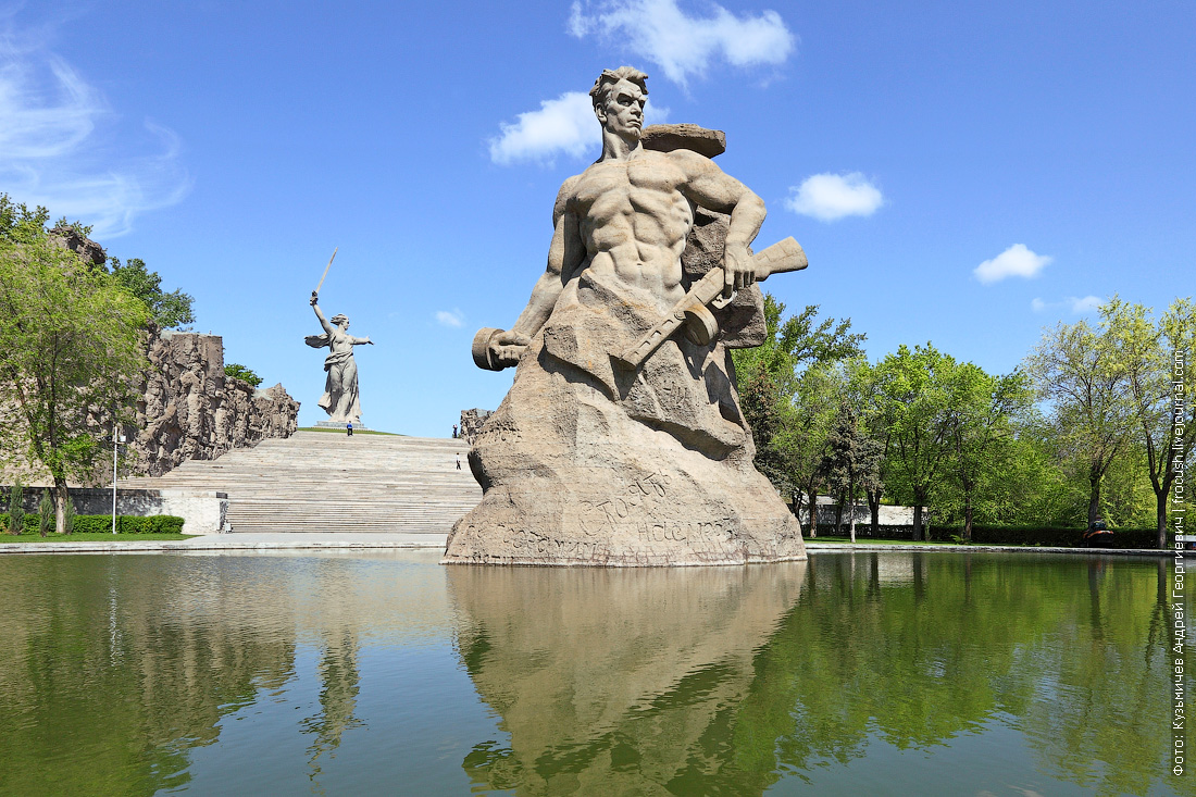 Площадь Стоявших насмерть со скульптурой Стоять насмерть