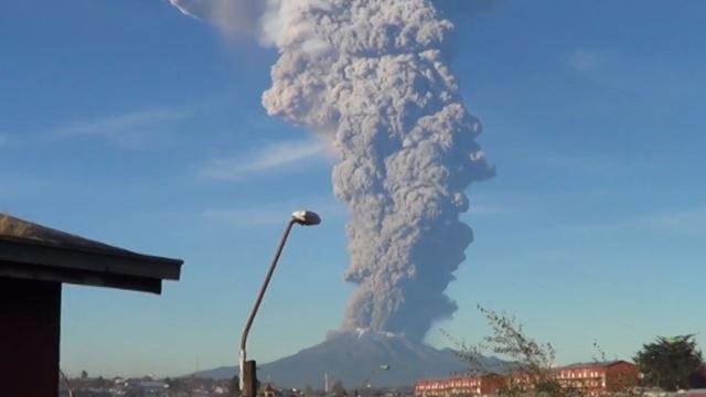 Из-за извержения вулкана в Чили пришлось эвакуировать людей