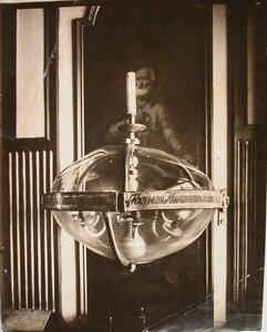Одна из сохранившихся в соборе Пресвятой Троицы реликвий петровского времени - люстра в стеклянном колпаке у иконы Апостол Пётр.