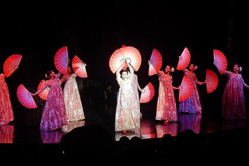 Танец с японскими веерами на сцене травести-кабаре «Калипсо» (Бангкок)