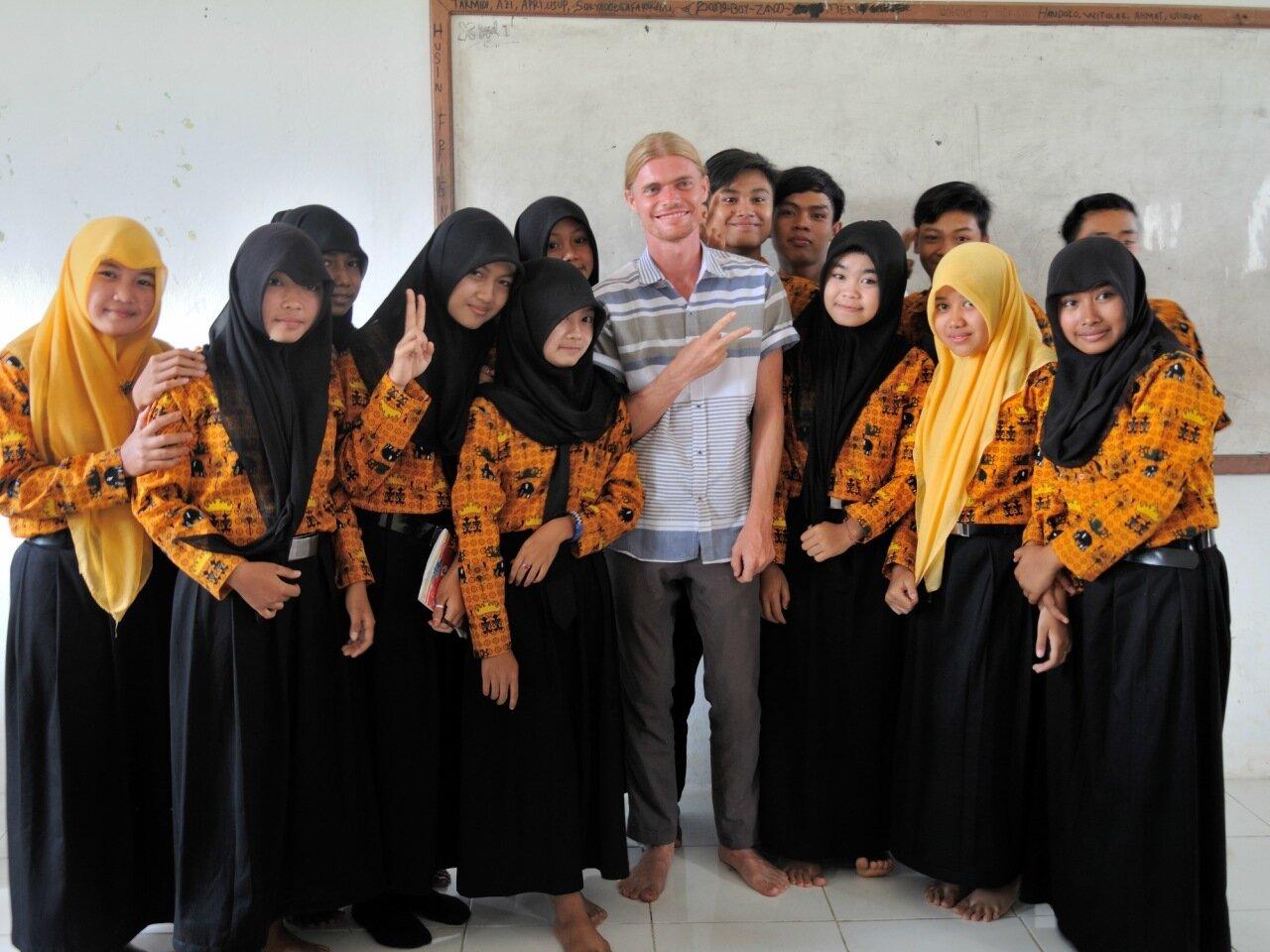 фото с индонезийскими школьницами