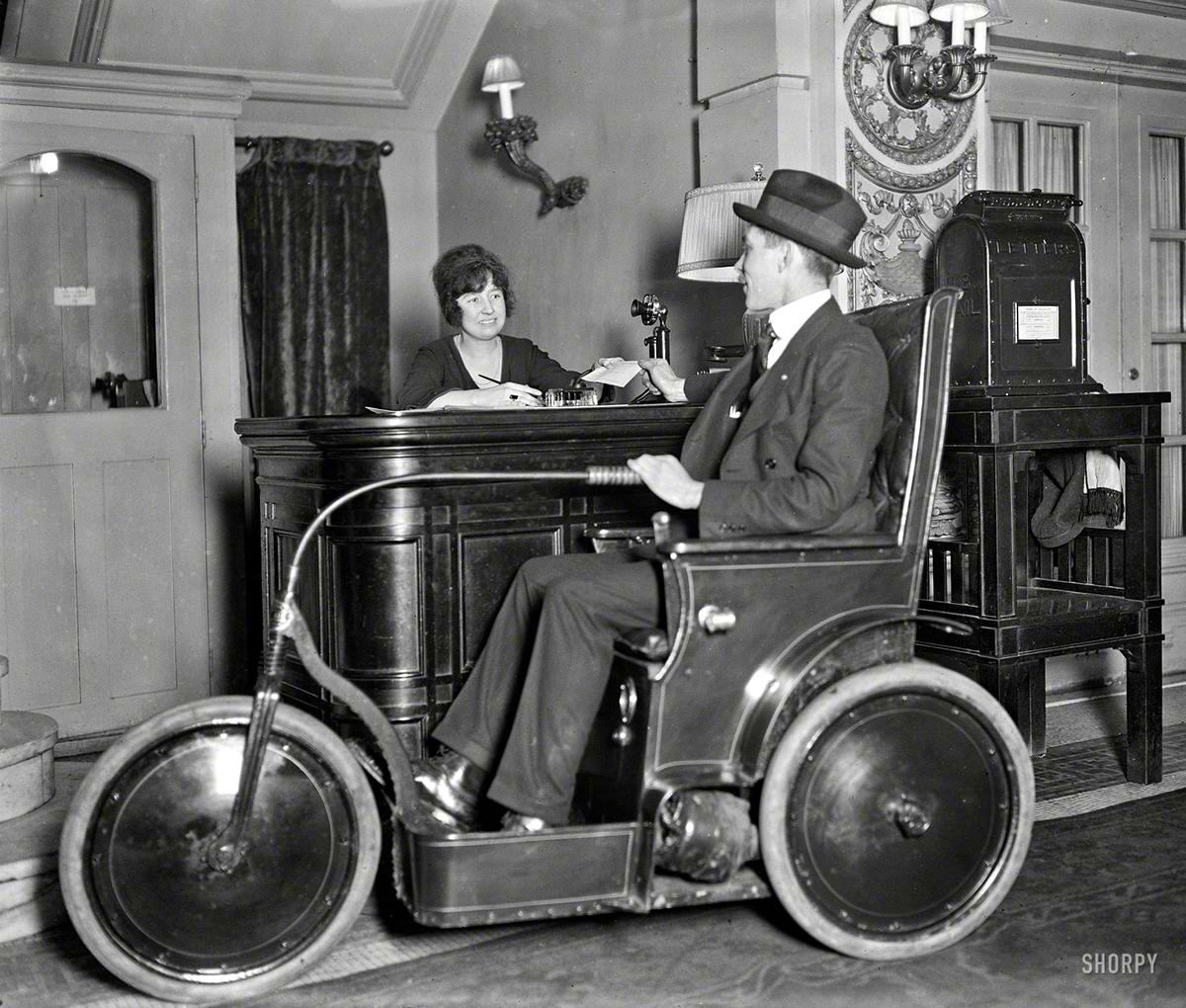 Мужчина в трехколесном транспортном средстве - электромобиле для состоятельных постояльцев престижных гостиниц для перемещений по их территории (Вашингтон, 1922 год)