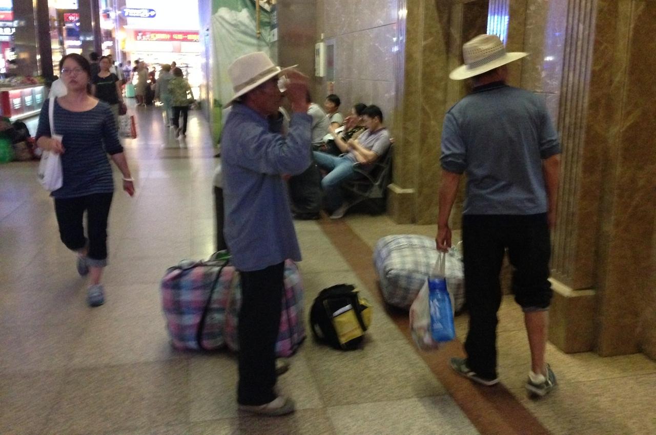 Китайские крестьяне на центральном вокзале Пекина