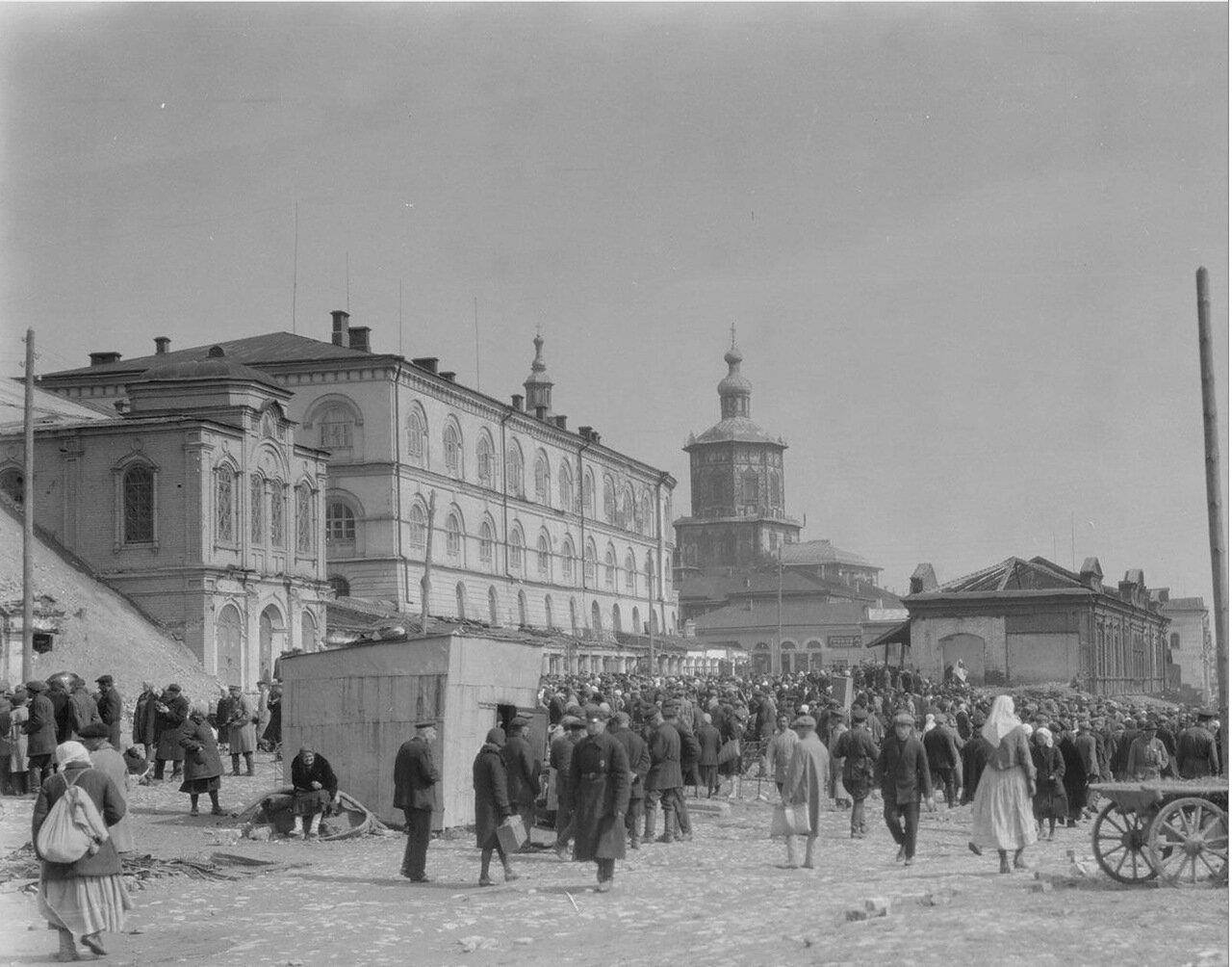 Казань. Уличная сцена с Петропавловским собором на заднем плане