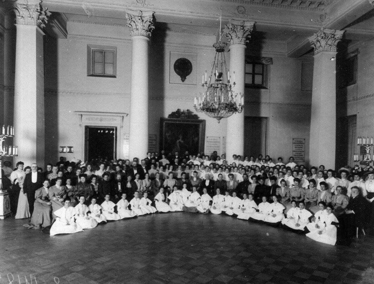 11. Группа учащихся и преподавателей института в актовом зале