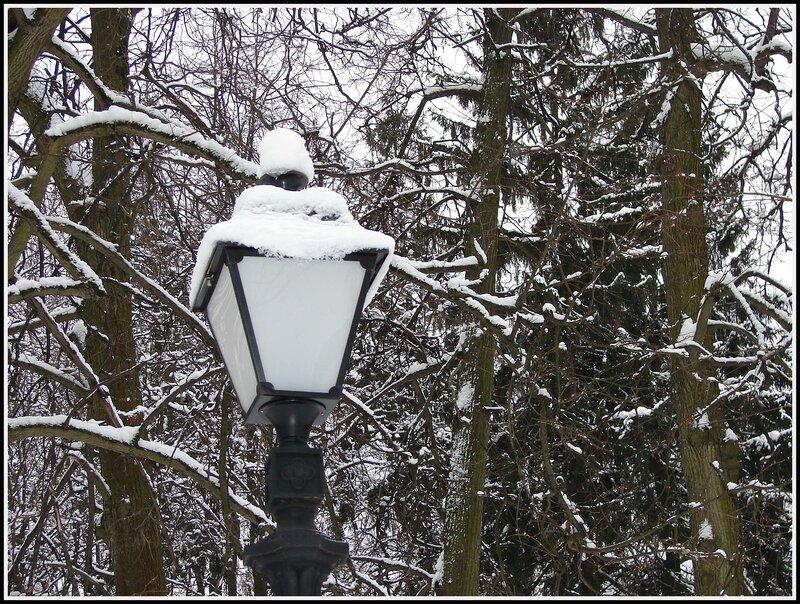Фонарь в зимней шапочке...