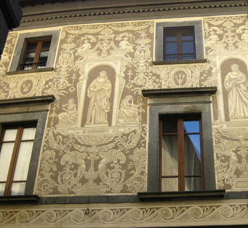 Фрагмент росписи на фасаде старинного дома.(3)
