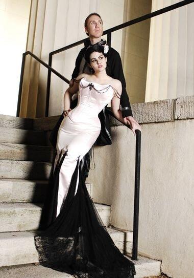 Чёрное свадебное платье может смело украшаться сборками, оборками...