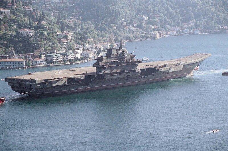 """ТАКР """"Варяг"""" проходит пролив Босфор, 1 ноября 2001 года"""