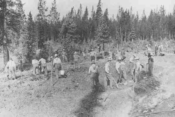 Интернированные украинцы работают в Кастл Маунтин, Альберта 1915