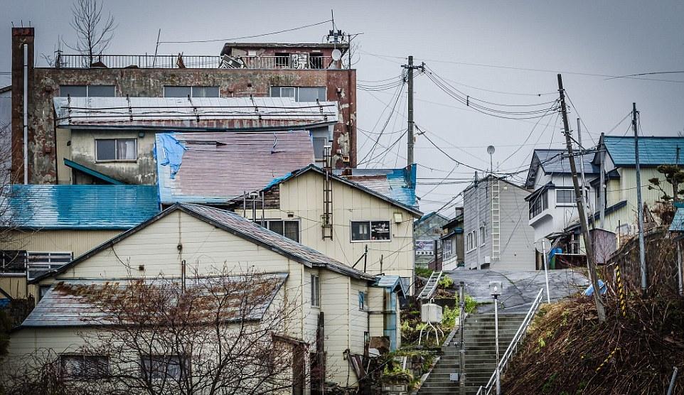 Заброшенные здания некогда процветающего шахтерского городка Японии