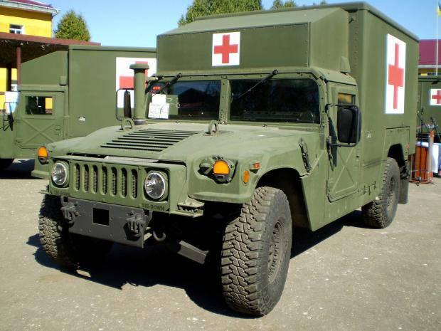 Вооруженные силы США передали украинской армии автомобили медицинской эвакуации (фото)