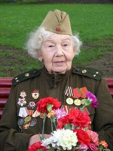 Ветераны боевые надевают ордена....