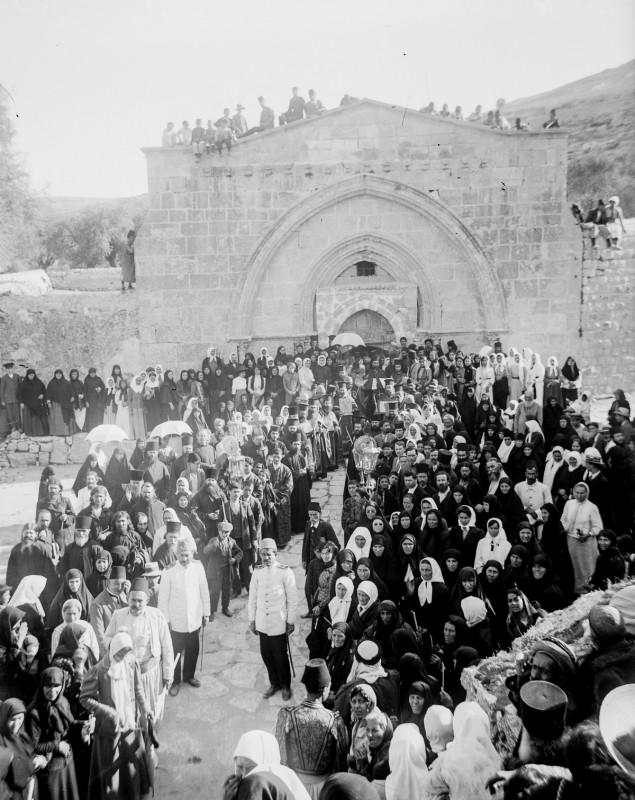 1915 год. Греческие православные христиане собираются у могилы Девы Марии.