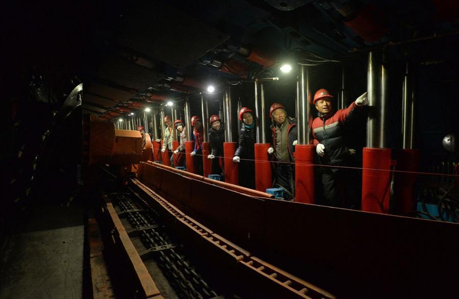 17. Туристы посещают угольную шахту, которая служит местной достопримечательностью, в городе Ханьдан