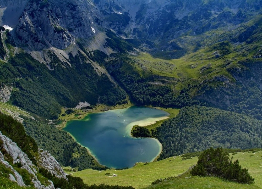 Трновацко озеро в форме сердца. Даже природа признается в любви этой маленькой, но очень разнообразн
