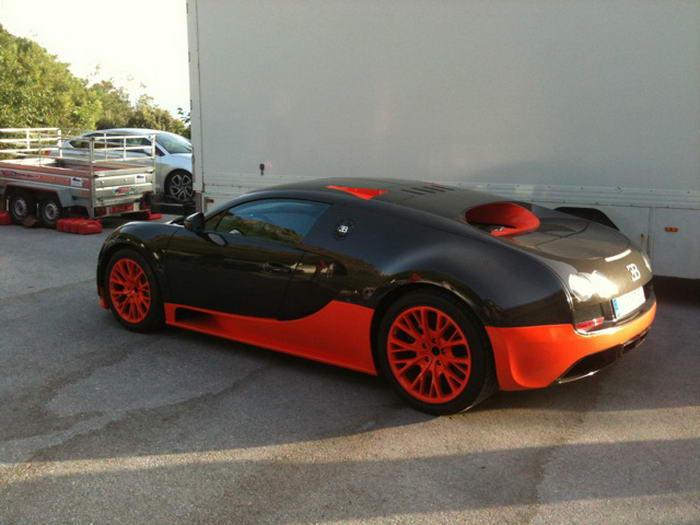 Bugatti Veyron Super Sport. Максимальная скорость – почти 430 км/ч. До сотни эта крошка разгоняется