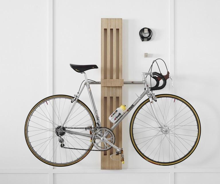 Велосипед находится на расстоянии от пола.