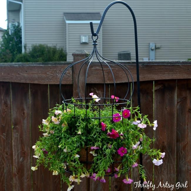 Оригинальный вид вашему саду придаст такая подвесная клумба.