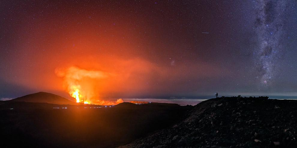 3. Когда вулкан Питон-де-ла-Фурнез извергается, это действительно похоже на врата ада. Судите с