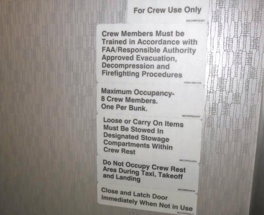4. Пассажиров сюда не пускают. Эта крошечная дверца ведет в главный отсек самолета.