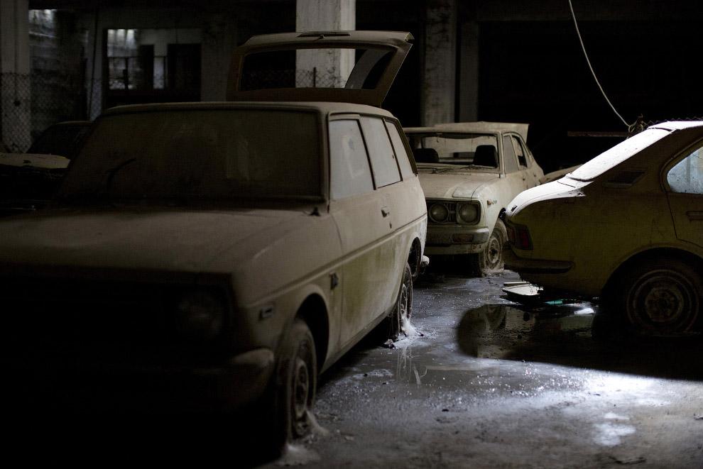 24. Старатель. Вырыл дыру и ищет золото на Берегу Слоновой Кости. (Фото Luc Gnago | Reuters):<