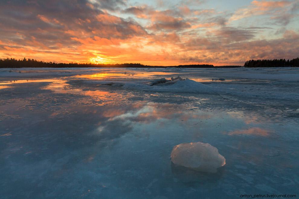 8. Лед на Белом море под стать названию — абсолютно белый и непрозрачный. Если бы на такой зака