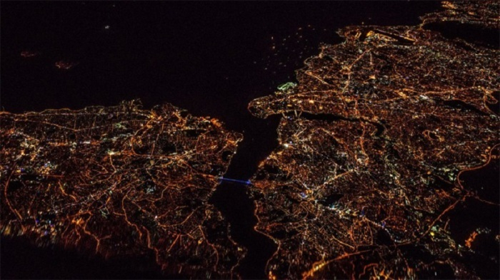 Красота ночной Земли во время ночного полета из Варшавы в Тель-Авив, Израиль. Подготовка к взлет