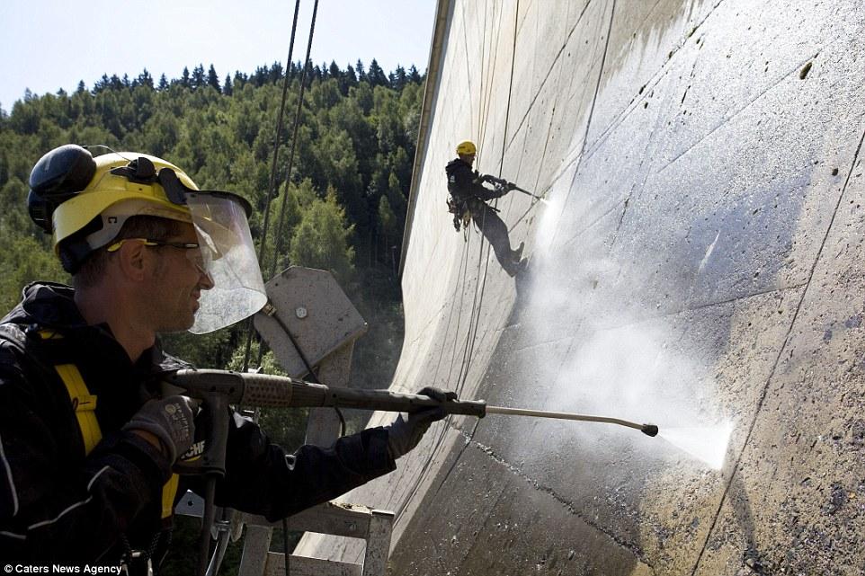 7. На фото: чистка плотины Айбеншток в Германии. По словам Мьюза, 90% заказов поступает от правитель