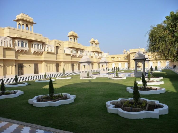 3. Прогуливаясь по территории отеля, можно встретить и тихие дворики с фонтанами и бассейнами.