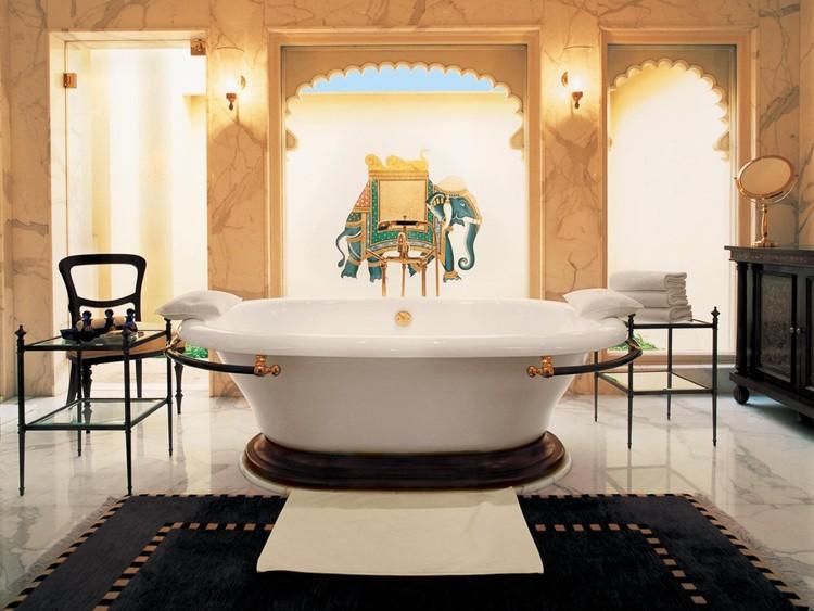 14. А еще здесь имеются мраморные ванные комнаты.