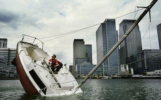 4. Со стороны может показаться, что лодка терпит кораблекрушение, но на самом деле эта полузатонувша