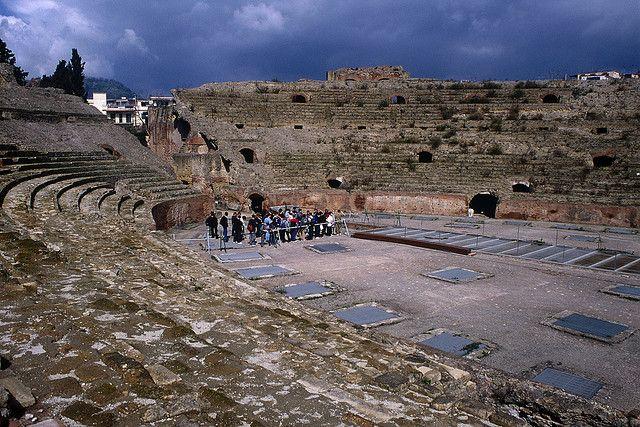 2. Амфитеатр Поццуоли Этот амфитеатр считается самым крупным в Италии, способным вместить более 20 т