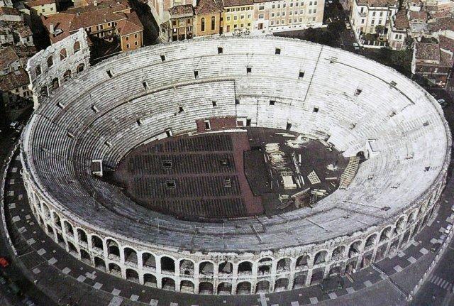 8. Арена Верона Итальянская арена Верона считается третьим по величине амфитеатром в мире. Внешне эт